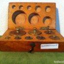 Antigüedades: ESTUCHE CON 8 ANTIGUAS PESAS EN BRONCE DE PRINCIPIOS S. XX DE 1G A 200G (B18). Lote 114397955