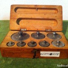Antigüedades: ESTUCHE DE 8 ANTIGUAS PESAS DE HIERRO DESDE 2G A 200G (B20). Lote 114400651