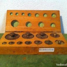 Antigüedades: ESTUCHE DE11 ANTIGUAS PESAS DE BRONCE DESDE 1G A 200G (B21). Lote 114401443
