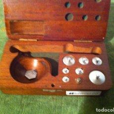 Antigüedades: PRECIOSO ESTUCHE DE 7 PESAS DE HIRRO CROMADO MENORES DE 5GRAMOS (C09). Lote 213765488