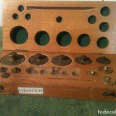 Antigüedades: FORMIDABLE ESTUCHE DE 11 ANTIGUAS PESAS DE BRONCE DE 1 A 200 G+ FRACCIONES (B12). Lote 114404923