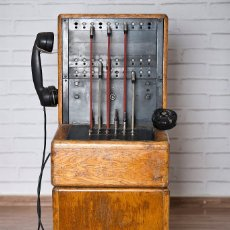 Teléfonos: CENTRALITA DE TELÉFONO ERICSON CON BASE DE MADERA. Lote 102799428
