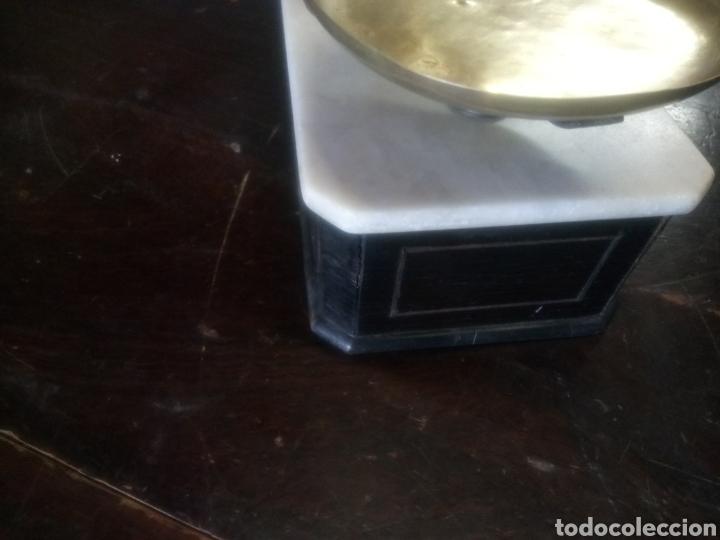 Antigüedades: Balanza de platos, de latón, caja de madera y mármol - Foto 8 - 114447227