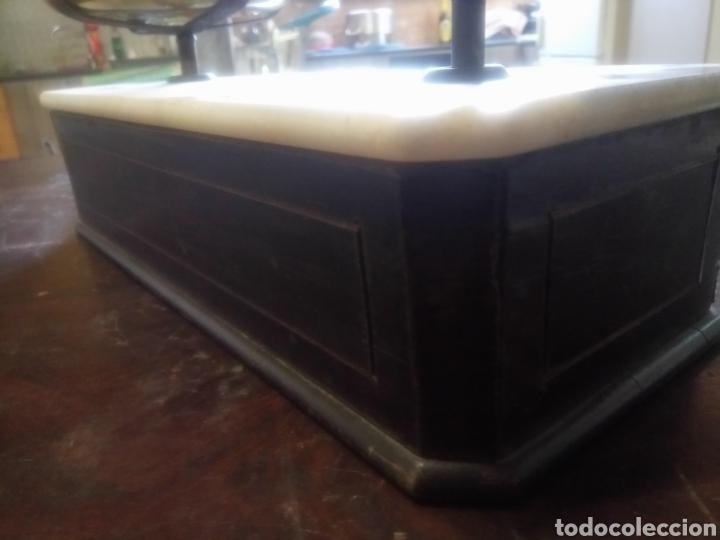 Antigüedades: Balanza de platos, de latón, caja de madera y mármol - Foto 12 - 114447227