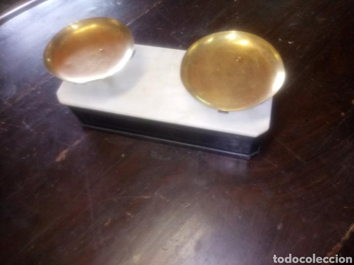 Antigüedades: Balanza de platos, de latón, caja de madera y mármol - Foto 13 - 114447227