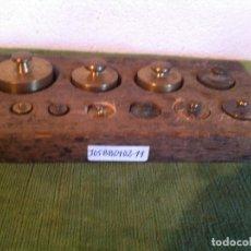 Antigüedades: CURIOSA TABLA CON 11 ANTIGUAS PESAS DE BRONCE DESDE 1G A 200G (J05). Lote 114448803