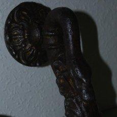Antigüedades: ALDABA DE HIERRO EN FORMA DE CISNE - SIGLO XIX - LLAMADOR GRANDE. Lote 114483191
