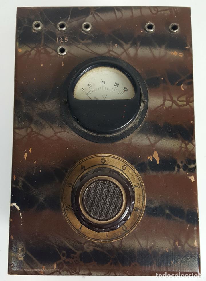VOLTIMETRO. CAJA DE METAL Y MADERA MARMOLIZADA. CIRCA 1950. (Antigüedades - Técnicas - Herramientas Profesionales - Electricidad)