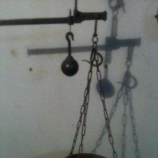 Antigüedades: ANTIQUISIMA BALANZA ROMANA DE HIERRO FORJADO A MANO CON 2 ESCALAS (BRFE2). Lote 114594871