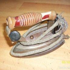 Antigüedades: ANTIGUA PLANCHA MARCA FUEGO-MODELO 18-AÑOS 1960-CON CABLE. Lote 114649271