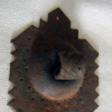 Antigüedades: ANTIGUO SOPORTE PARA ALDABA FORJA. Lote 118959260