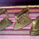 Antigüedades: LOTE DE TRES ANTIGUAS PLANCHAS DE HIERRO FUNDIDO. CON SUS MARCAS. VER FOTOGRAFÍAS. Lote 160207310