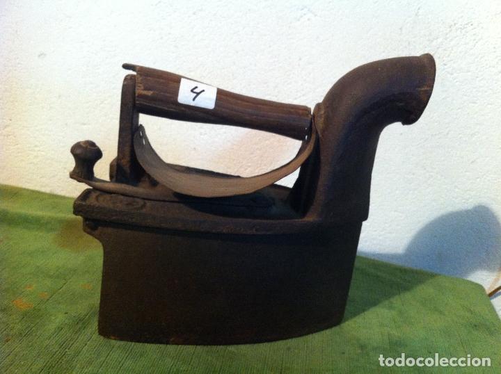 ANTIGUA PLANCHA DE CARBON CON CHIMENEA FRONTAL (PCH4) (Antigüedades - Técnicas - Planchas Antiguas - Carbón)