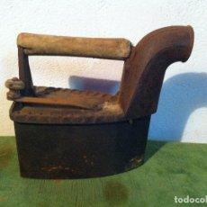 Antigüedades: ANTIGUA PLANCHA DE CARBON CON CHIMENEA FRONTAL(PCH3). Lote 114835683
