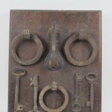 Antigüedades: CONJUNTO DE PICAPORTES CON LLAVES DE HIERRO FORJADO, SIGLO XVII. 41X30,5CM. Lote 114870959