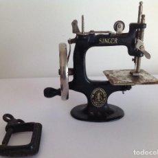 Antigüedades: PEQUEÑA MÁQUINA DE COSER SINGER. MINIATURA . Lote 114879611