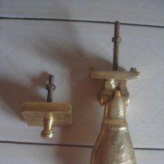 Antigüedades: GRAN ALDABA MARROQUÍ DE LATÓN MACIZO CON TODOS SUS ELEMENTOS ORIGINALES. MANO DE FATIMA.. Lote 180460417