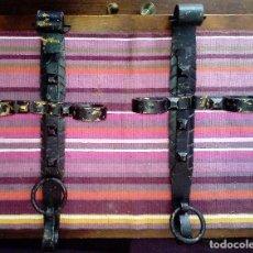 Antigüedades: PAREJA DE ANTIGUOS SOPORTES FORJA PARA ANTORCHAS APLIQUES DE 51 CMS CADA UNO. VER FOTOS.. Lote 115070723
