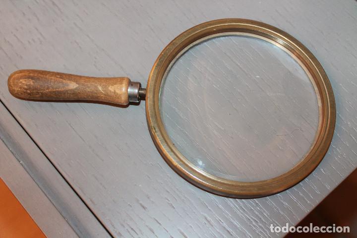 Antigüedades: LUPA DE BRONCE Y MANGO DE MADERA. DIÁMETRO DE LA LUPA 13 CM, TOTAL 15 CM Y LARGO CON MANGO 26 CM. - Foto 2 - 115333487