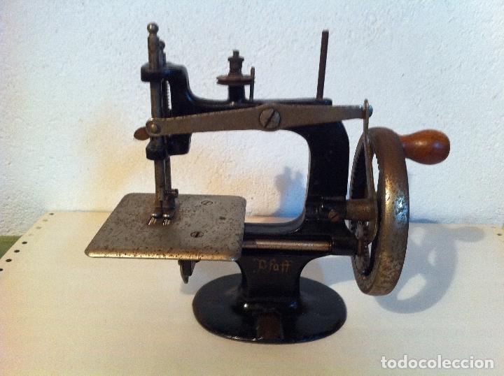 ANTIGUA PEQUEÑA MAQUINA DE COSER MARCA PFAFF DE MITAD DE S. XIX 150 (Antigüedades - Técnicas - Máquinas de Coser Antiguas - Otras)