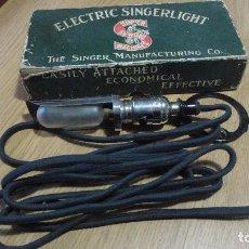 Antigüedades: ANTIGUA LAMPARA PARA MAQUINAS DE COSER SINGER.ELECTRIC SINGERLIGHT.AÑOS 30,40?. Lote 115525507