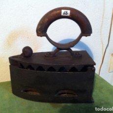 Antigüedades: PLANCHA DE CARBON MANGO CURVO DE MADERA Y CIERRE DE BALANCIN (PCE62). Lote 115688343