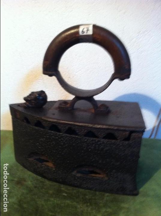 ANTIQUISIMA PLANCHA DE CARBON CON PUÑO CURVO DE MADERA Y CIERRE DE BALANCIN (P67) (Antigüedades - Técnicas - Planchas Antiguas - Carbón)