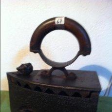 Antigüedades: ANTIQUISIMA PLANCHA DE CARBON CON PUÑO CURVO DE MADERA Y CIERRE DE BALANCIN (P67). Lote 115724303