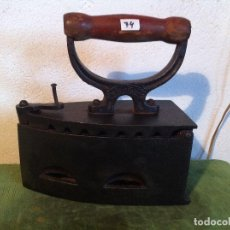 Antigüedades: BONITA PLANCHA DE CARBON CON CIERRE DE PASADOR (P74). Lote 115872595