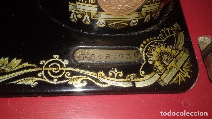 Antigüedades: máquina de coser Singer nº serie F9488756 - Foto 2 - 115821939