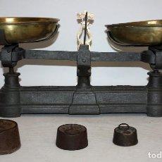 Antigüedades: ANTIGUA BALANZA EN HIERRO Y PLATOS DE LATON HONDOS. FUERZA. 30KG. +4 PESAS. Lote 116075067