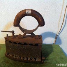 Antigüedades: PLANCHA DE CARBON CON PUÑO CURVO DE MADERA Y CIERRE DE PASADOR (P81). Lote 116181727