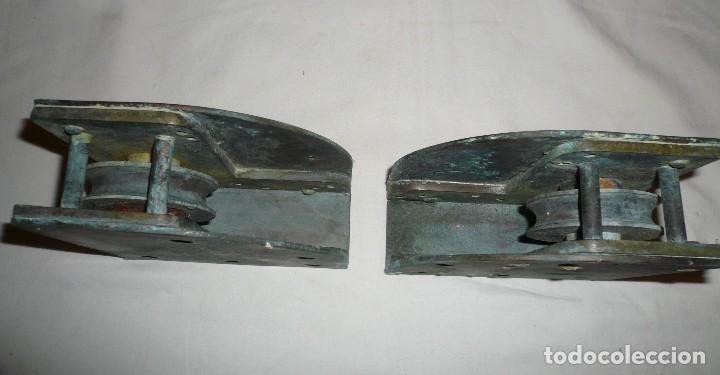 Antigüedades: GUIAS INFERIORES CON RUEDA DE PUERTA CORREDERA DE BARCO - Foto 3 - 116493271