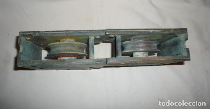 Antigüedades: GUIAS INFERIORES CON RUEDA DE PUERTA CORREDERA DE BARCO - Foto 5 - 116493271