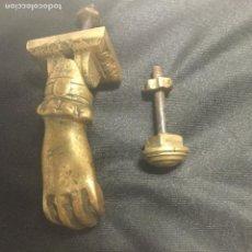 Antigüedades: ANTIGUA ALDABA DE BRONCE CON SU TOC TOC. REPRESENTA UNA MANO.. Lote 116532727