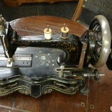 Antigüedades: MAQUINA DE COSER MUY ANTIGUA Y BONITA. Lote 116673780