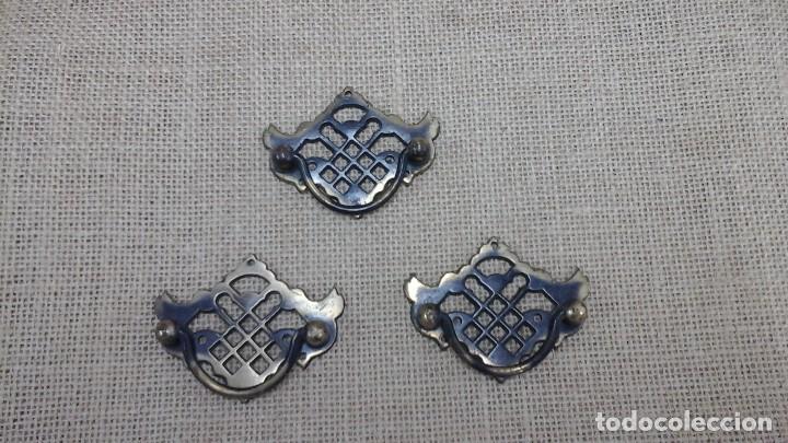 TRES TIRADORES PARA CAJONES . BRONCE , 1980 (Antigüedades - Técnicas - Cerrajería y Forja - Tiradores Antiguos)
