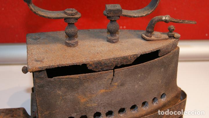 Antigüedades: Antigua Plancha de carbón número 3 y base incluida. - Foto 5 - 116828027