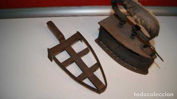 Antigüedades: Antigua Plancha de carbón número 3 y base incluida. - Foto 7 - 116828027