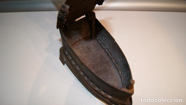 Antigüedades: Antigua Plancha de carbón número 3 y base incluida. - Foto 8 - 116828027