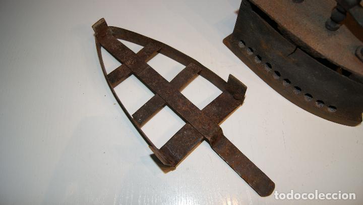Antigüedades: Antigua Plancha de carbón número 3 y base incluida. - Foto 10 - 116828027