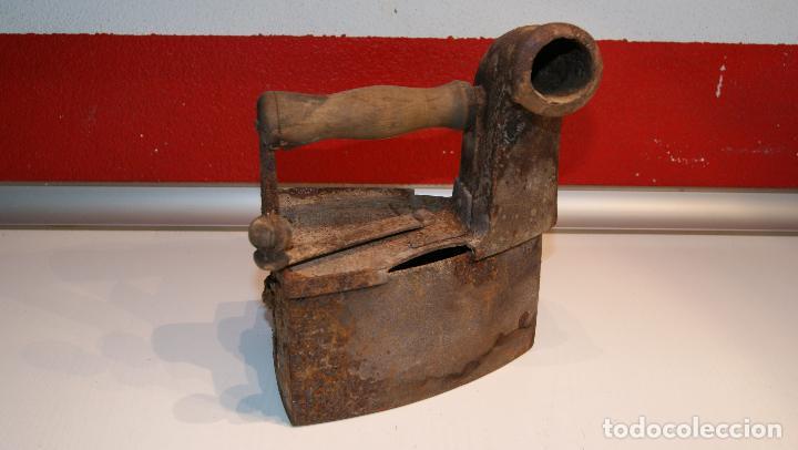 ANTIGUA PLANCHA DE CARBÓN TIPO CHIMENEA. (Antigüedades - Técnicas - Planchas Antiguas - Carbón)