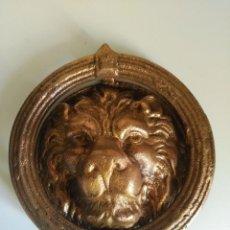 Antigüedades: ALDABON, ALDABA, PICAPORTE, LLAMADOR DE CABEZA DE LEON. Lote 116974131