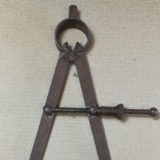 Antigüedades: ANTIGUO COMPÁS DE AJUSTADOR. MECÁNICO. COMPÁS DE PUNTAS RECTAS CON MUELLE.. Lote 117368511