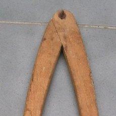 Antigüedades: GRAN COMPAS DE MADERA CON PUNTAS DE HIERRO Y LATON, 65CM APROX. Lote 117482911