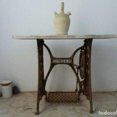 Antiquités: ANTIGUA MESA PIE CON MARMOL DE MÁQUINA COSER SINGER Y BOTIJO DE CERÁMICA. Lote 117557127