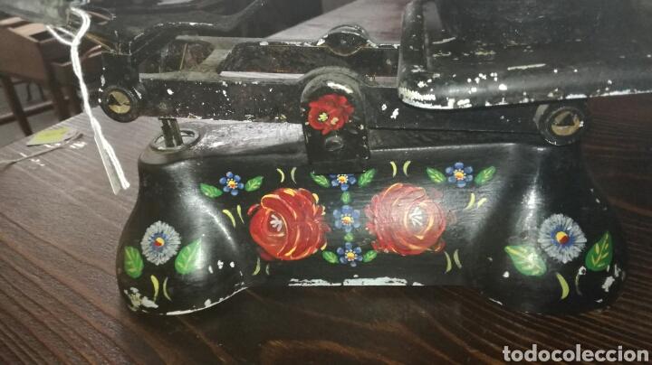 Antigüedades: Balanza de aluminio pintada original - Foto 2 - 117811899