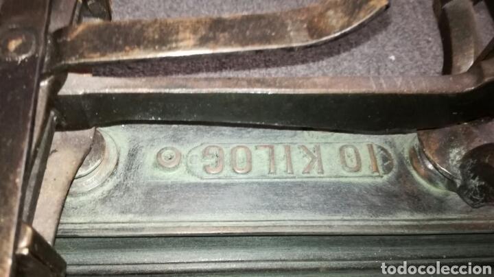 Antigüedades: Balanza de hierro fundido y platos de metal - Foto 3 - 117814907