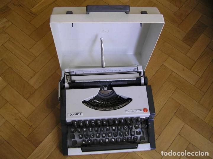 MAQUINA DE ESCRIBIR OLYMPIA TRAVELLER DE LUXE CON SU MALETIN TYPEWRITER. (Antigüedades - Técnicas - Máquinas de Escribir Antiguas - Olympia)