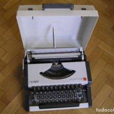 Antigüedades: MAQUINA DE ESCRIBIR OLYMPIA TRAVELLER DE LUXE CON SU MALETIN TYPEWRITER.. Lote 118228207